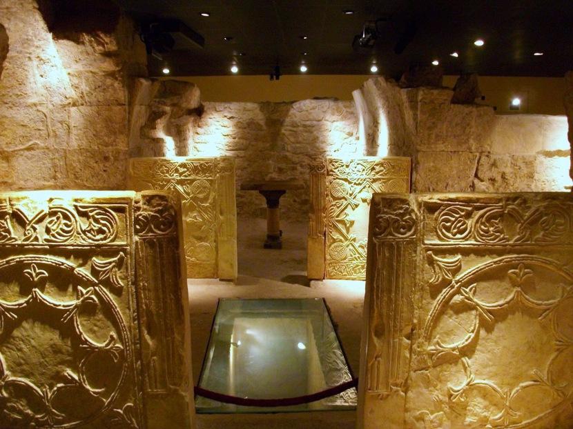 Interior_de_la_cripta_arqueològica_de_la_presó_de_sant_Vicent_Màrtir,_València.JPG